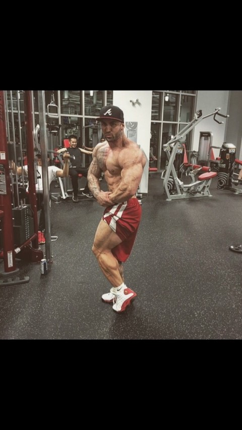Bodybuilder looking for cash slaves